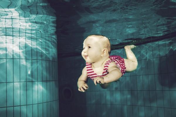 bebe-nadando