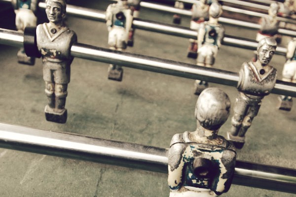 muñecos de futbolin desgastados